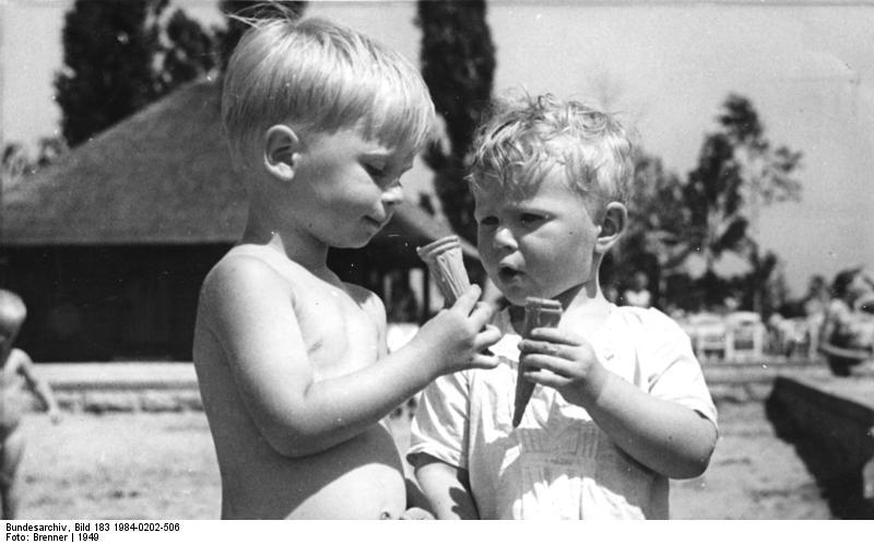 Wikimedia Commons: Children with Ice Cream 1949, Berlin (Commons:Bundesarchiv)